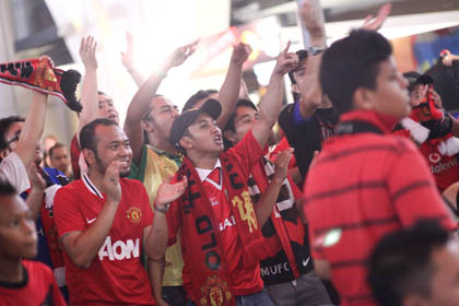 Die-hard Manchester United Fans Cheering For Their Team
