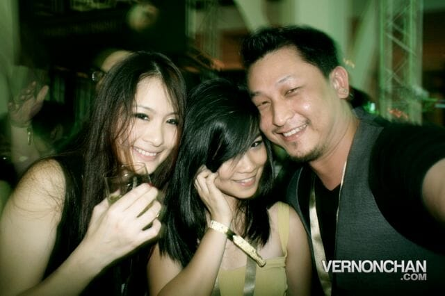Partying with fellow bloggers Chammaine Tan and Charis Ow @ JW Singapore GP