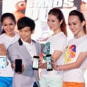 Models posing with artiste J-Chen, ambassador for the new U9 series.