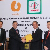 Jaffa Sany Ariffin (second from left), CEO of U Mobile and Lim Kim Heng (second from right), Managing Director of Senheng Electric (KL) Sdn Bhd exchanged mock agreements to signify the beginning of the dynamic partnership. The ceremony was witnessed by Alex Tan (left), U Mobile's Director of Sales and Eric Mah (right), Senheng's Head of Finance Division.