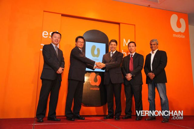 Dr. Pang ShengQing, Senior Vice President of ZTE Corp China  (second from left) & . Kaizad Heerjee, Chief Executive Officer of U Mobile Sdn Bhd (third from left) honouring the two companies' strategic partnership.